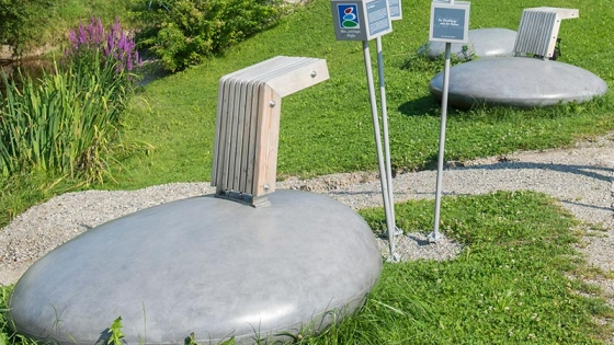 Sonderanfertigung: Stone mit Holzlehne